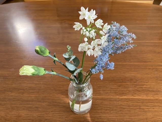 bloomeeのお花を花瓶に挿した画像